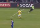 Il gol di testa di Ibrahimovic su rinvio del portiere, durante Moldavia-Svezia