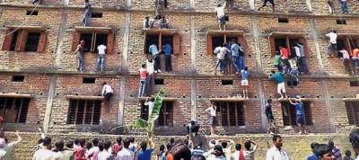 La storia della foto degli studenti che imbrogliano durante un esame in India