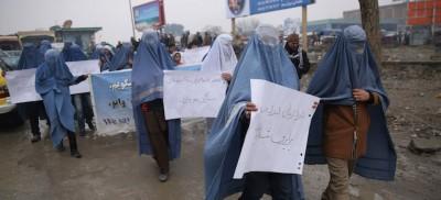 Gli uomini col burqa a Kabul