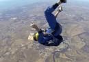 Il video del paracadutista svenuto dopo un lancio e salvato dal suo istruttore