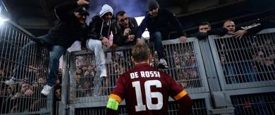 Le foto dei giocatori della Roma che parlano con i tifosi