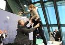 I coriandoli lanciati contro Mario Draghi