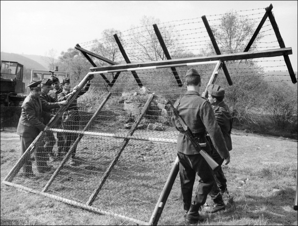 Bulgarian border guards dismantle in 08 April 1990