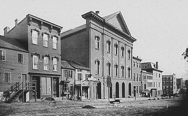 Il Teatro Ford, in una fotografia del 1865