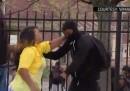 Il video della madre di Baltimora che ha trascinato via suo figlio dagli scontri