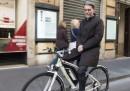 Le foto di Graziano Delrio che va al lavoro in bici, e senza mani