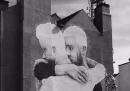L'enorme murale con una coppia gay a Dublino