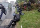 """Un italiano di 28 anni è stato arrestato per l'aggressione a un agente di polizia durante gli scontri alla manifestazione """"No Expo"""" di Milano del 1 maggio"""