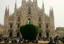 Perché c'è una mela in piazza del Duomo a Milano?