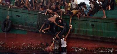 I migranti intrappolati in mezzo al mare