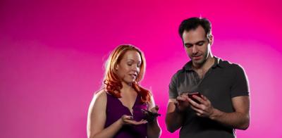 Coppie si scambiano il telefono e leggono messaggi e cronologia l'uno dell'altro