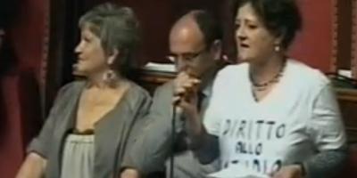 Pietro Grasso e la maglietta della senatrice Mussini