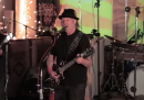 Le risposte di Monsanto e Starbucks alle critiche nel nuovo disco di Neil Young