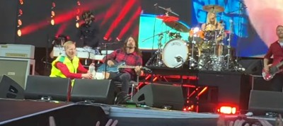 Il video di Dave Grohl dei Foo Fighters che suona dopo essersi rotto una gamba a un concerto