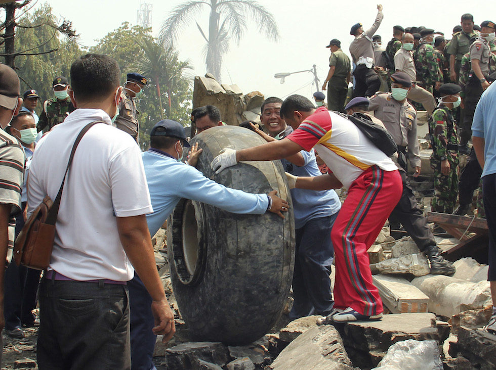 Medan Indonesia  city pictures gallery : ... un incidente aereo in indonesia medan indonesia ap photo dedy zulkifli