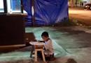 La storia del bambino che fa i compiti sotto un lampione