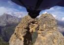 Base jumping attraverso un buco strettissimo