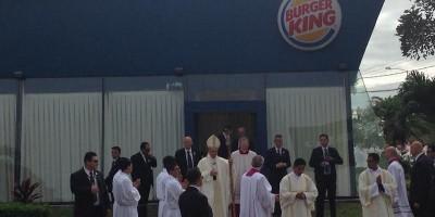 Papa Francesco si è cambiato dentro un Burger King in Bolivia