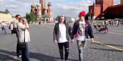 Cosa succede se due ragazzi si tengono per mano a Mosca