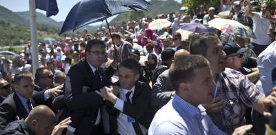 Il video dell'attacco al primo ministro serbo durante una cerimonia a Srebrenica