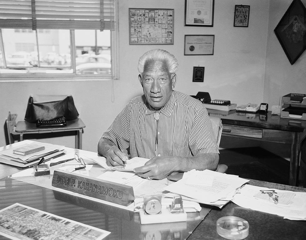 Duke Kahanamoku, nel 1959, quando era sceriffo della contea di Honlulu (via Il Post)