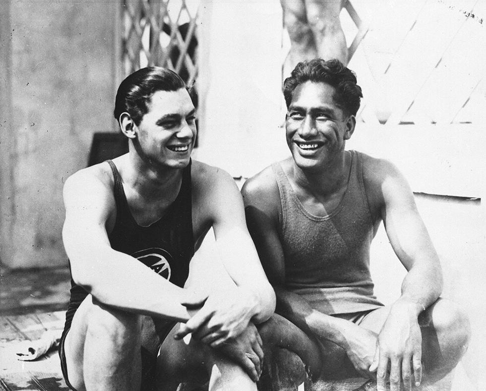 Johnny Weissmuller e Duke Kahanamoku a parigi per le Olimpiadi del 1924 (Il Post)