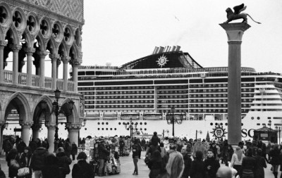 La mostra fotografica sulle grandi navi a Venezia è stata sospesa