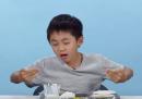 Bambini americani assaggiano il cibo di altre parti del mondo