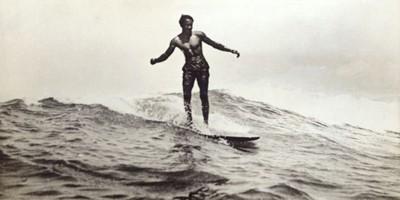 Chi era Duke Kahanamoku, che rese il surf famoso in tutto il mondo