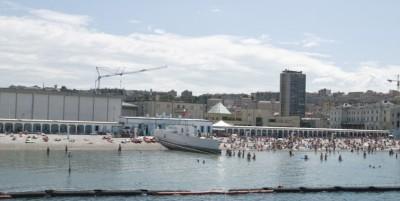 La spiaggia divisa da un muro a Trieste