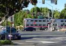 Il video del poliziotto che tira fuori una persona da un'auto prima che un treno la travolga