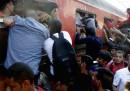 I migranti che salgono in massa sui treni a Gevgelija, in Macedonia