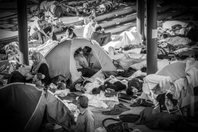 Un bacio in una tenda alla stazione di Budapest