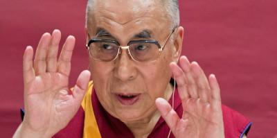 Il Dalai Lama dice che il suo erede può essere una donna, ma solo se carina
