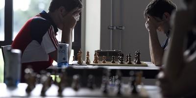 La storia dello scacchista accusato di barare