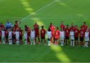 I giocatori del Bayern Monaco in campo con i bambini rifugiati