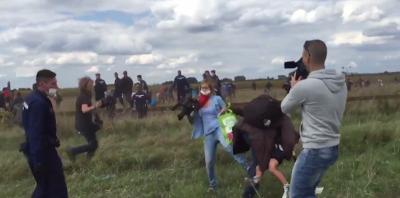 Il video della giornalista ungherese che fa lo sgambetto a un migrante