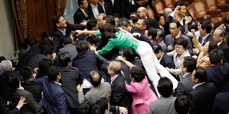 La rissa nel parlamento del giappone il post for Foto del parlamento