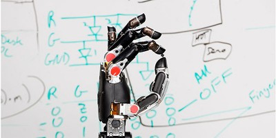Un uomo ha di nuovo il tatto grazie a una mano robotica