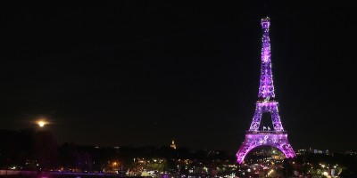 I monumenti illuminati di rosa contro il tumore al seno