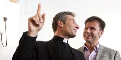 Il sacerdote Krzysztof Charamsa: «Sono fuori dall'armadio e sono felice»