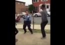 Il video della poliziotta che balla con una ragazza per allentare la tensione in strada dopo una rissa
