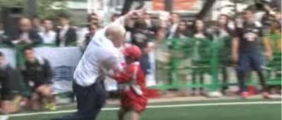 Boris Johnson ha atterrato un bambino giocando a rugby – video