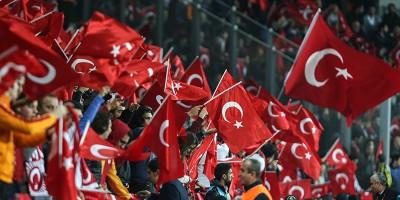 Il video dei fischi allo stadio di Istanbul durante il minuto di silenzio per i morti di Parigi