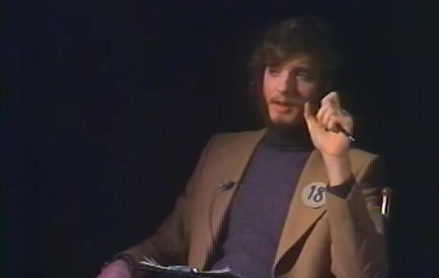 Un uomo viene intervistato da se stesso diciottenne