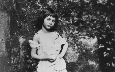 Alice Liddell nel 1858, in una fotografia scattata dallo stesso Lewis Carroll