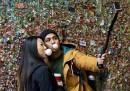 """La pulizia del """"Gum Wall"""" di Seattle, il muro coperto di gomme da masticare"""