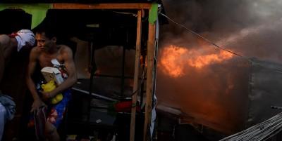 Il grande incendio nella baraccopoli a Manila