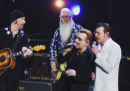 I video degli Eagles of Death Metal che suonano con gli U2 a Parigi