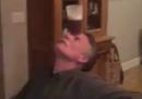 Come appoggiarsi un bicchiere di birra sulla fronte e poi berlo senza usare mani o braccia